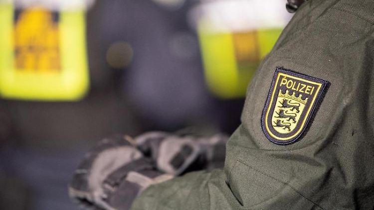 Ein Polizeibeamter mit dem Landeswappen von Baden-Württemberg. Foto: Sebastian Gollnow/dpa/Symbolbild