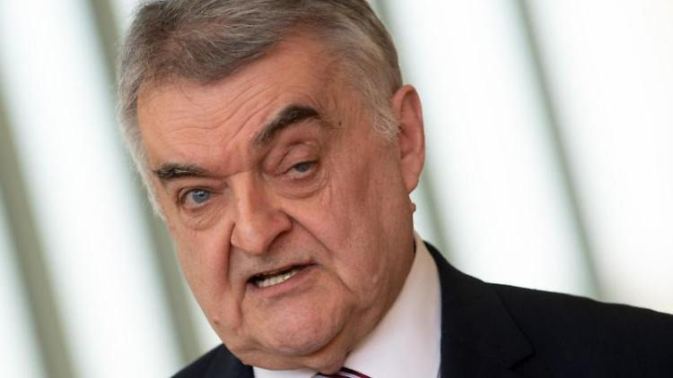 Herbert Reul (CDU), Innenminister von Nordrhein-Westfalen. Foto: Federico Gambarini/dpa/Archivbild