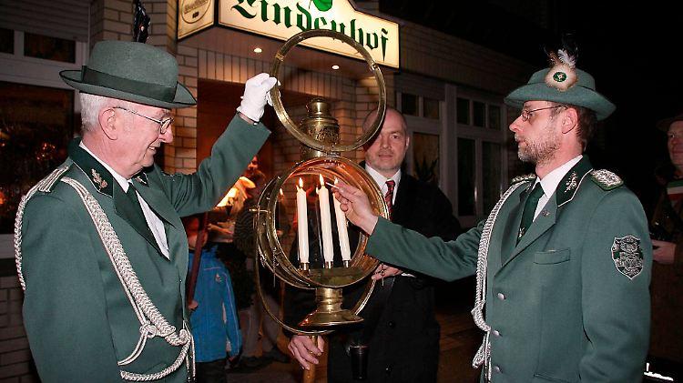 Hauptmann Stephan Knubel-Sicking (r.) entzündet der Kerzen beim Emmausgang 2008.
