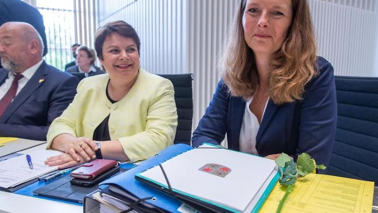 Bettina Martin (SPD, r), Kultusministerin von Mecklenburg-Vorpommern. Foto: Jens Büttner/zb/dpa/Archivbild