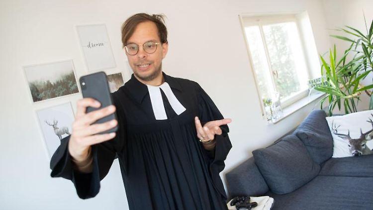 Nicolai Opifanti probt in seinem Wohnzimmer die Aufzeichnung einer Instagram-Story. Foto: Marijan Murat/dpa