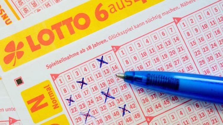 Ein Kugelschreiber liegt auf einem Lottoschein. Foto: Sebastian Kahnert/dpa/Archivbild
