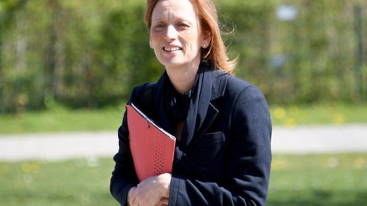 Karin Prien (CDU) kommt zu einem Pressetermin in der Goethe Gemeinschaftsschule. Foto: Carsten Rehder/dpa