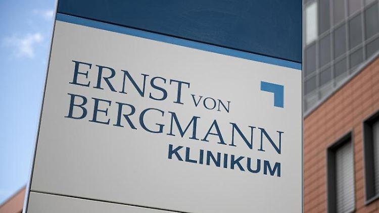 Der Eingangsbereich des Ernst von Bergmann Klinikums. Foto: Fabian Sommer/dpa/Archivbild