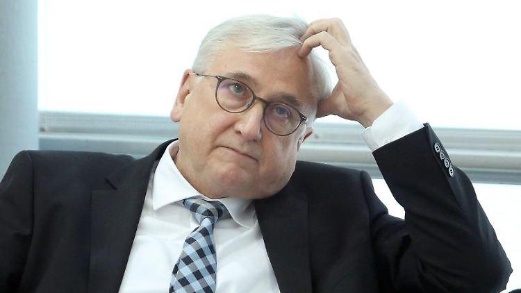 Sachsen-Anhalts Finanzminister Michael Richter (CDU) sitzt auf der Regierungsbank während der Landtagssitzung. Foto: Ronny Hartmann/dpa