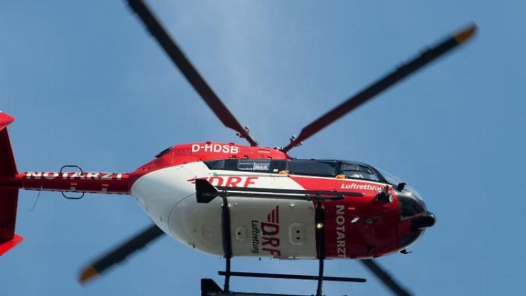 Ein Rettungshubschrauber fliegt über dem Flugplatz einer Klinik. Foto: Stefan Sauer/zb/dpa/Symbolbild