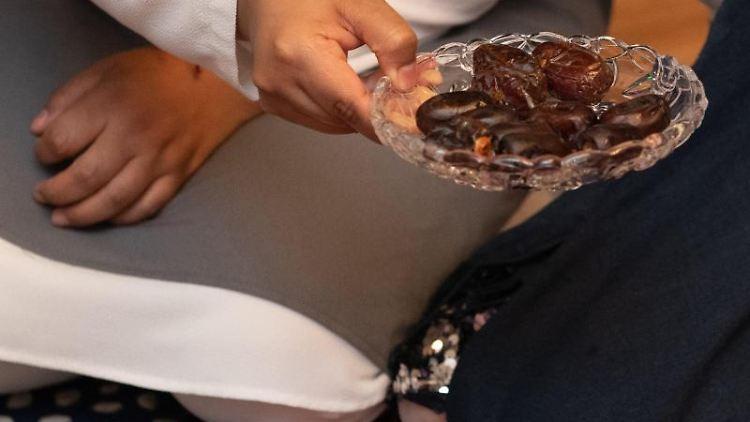 Datteln werden beim Fastenbrechen im Fastenmonat Ramadan gereicht. Foto: Paul Zinken/dpa/Archivbild