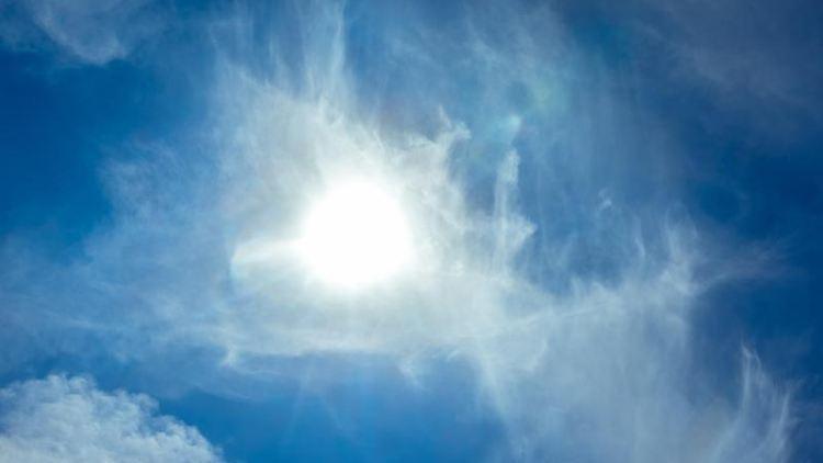 Die Sonne scheint durch leichte Cirrus-Wolken hindurch. Foto: Markus Scholz/dpa/Symbolbild