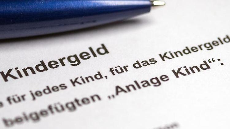 Ein Kugelschreiber liegt auf einem teilweise ausgefüllten Antrag auf Kindergeld. Foto: Jens Büttner/ZB/dpa/Symbolbild