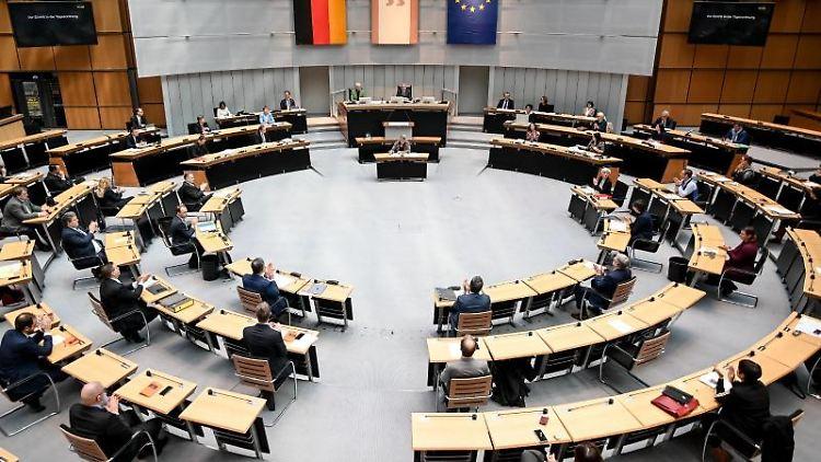 Die Abgeordneten nehmen an einer Plenarsitzung im Berliner Abgeordnetenhaus teil. Foto: Britta Pedersen/dpa-Zentralbild/dpa/Symbolbild