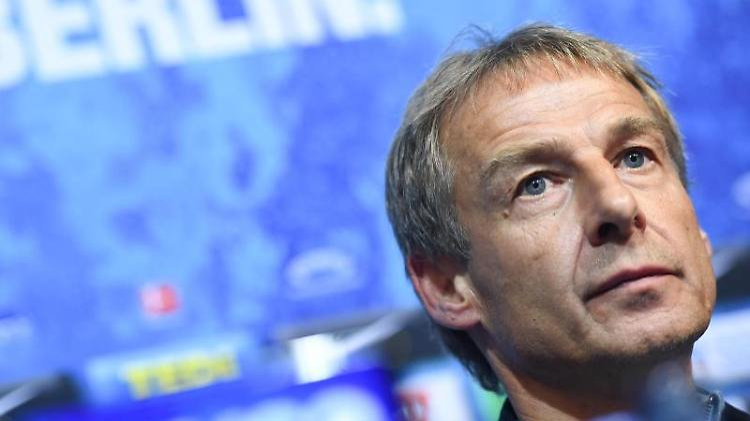 Jürgen Klinsmann bei einer Pressekonferenz. Foto: Britta Pedersen/dpa/Archivbild
