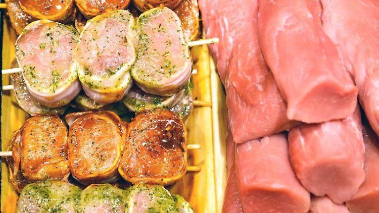 Fleischwaren liegen in einer Theke einer Fleischerei. Foto: Christophe Gateau/dpa/Symbolbild