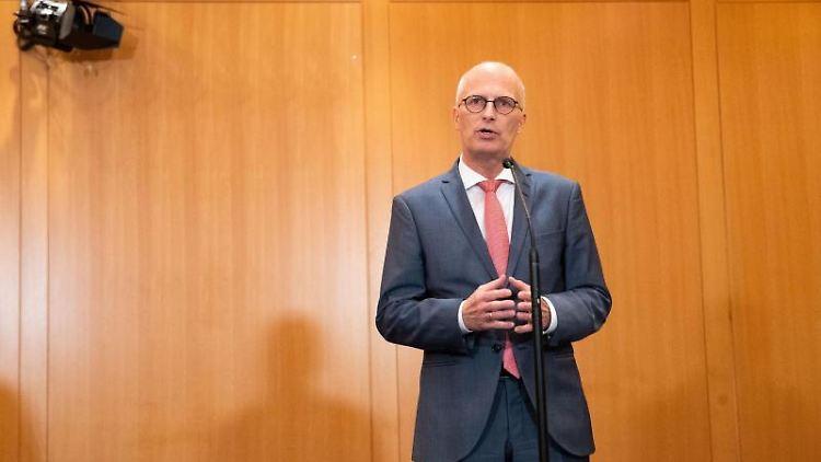 Peter Tschentscher (SPD) spricht bei einerPressekonferenz im Rathaus. Foto: Christian Charisius/dpa/Archivbild