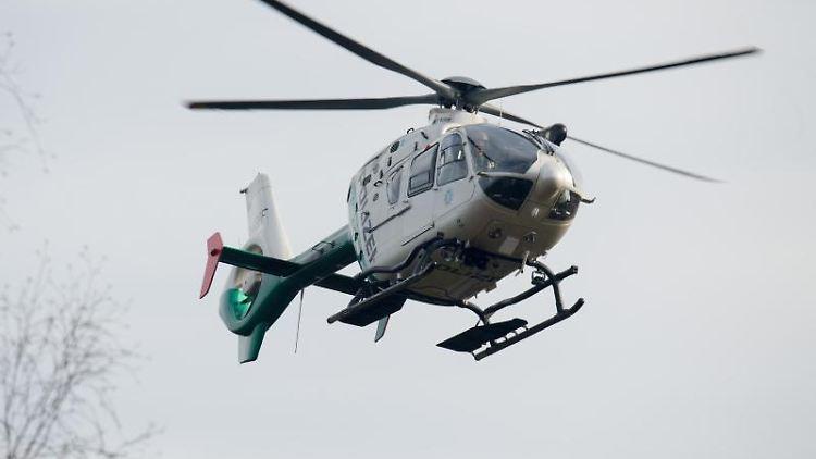 Ein Polizeihubschrauber fliegt während eines Einsatzes durch die Luft. Foto: Armin Weigel/dpa/Symbolbild