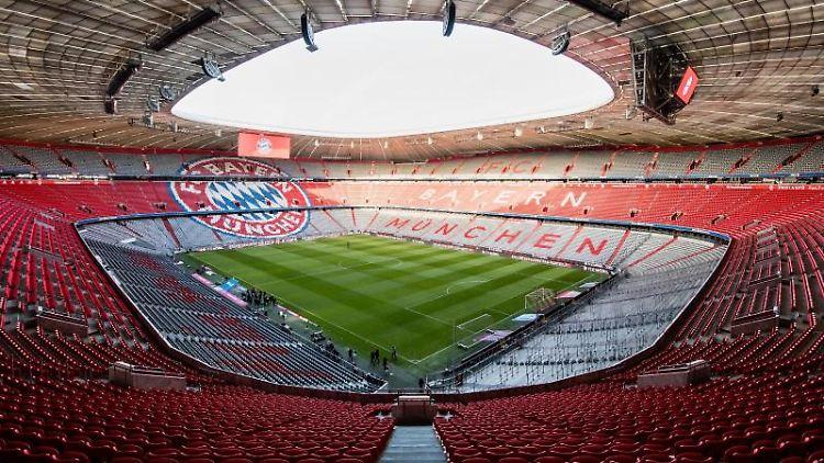 Tausende leere Plätze sind vor Spielbeginn in der Allianz Arena zu sehen. Foto: Matthias Balk/dpa/Archivbild