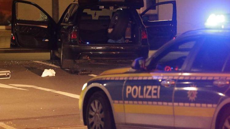 Das Fahrzeug des mutmaßlichen Täters steht hinter einem Einsatzfahrzeug der Polizei. Foto: David Young/dpa