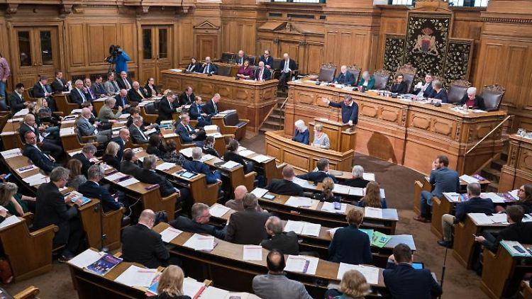 Abgeordnete verfolgen eine Sitzung der Hamburgischen Bürgerschaft im Rathaus. Foto: Daniel Reinhardt/dpa/Archivbild