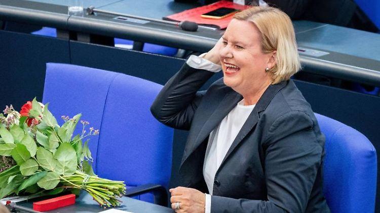 Eva Högl (SPD) reagiert nach ihrer Wahl zur Wehrbeauftragten des Bundestags in der Plenarsitzung im Deutschen Bundestag. Foto: Kay Nietfeld/dpa