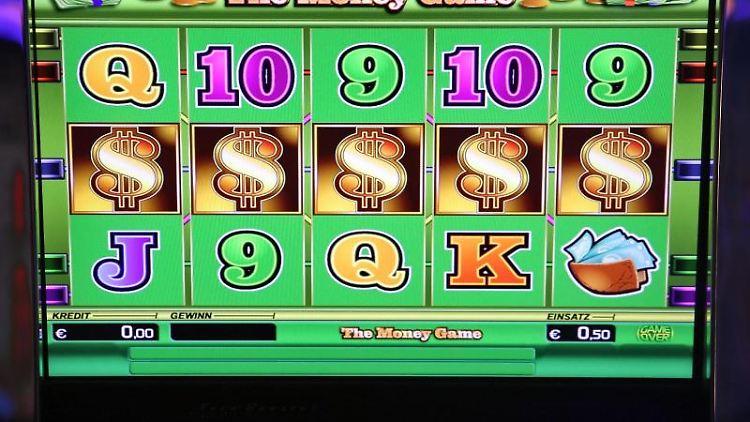 Ein Glücksspielautomat läuft in einer Spielbank. Foto: Jan Woitas/dpa/Archivbild