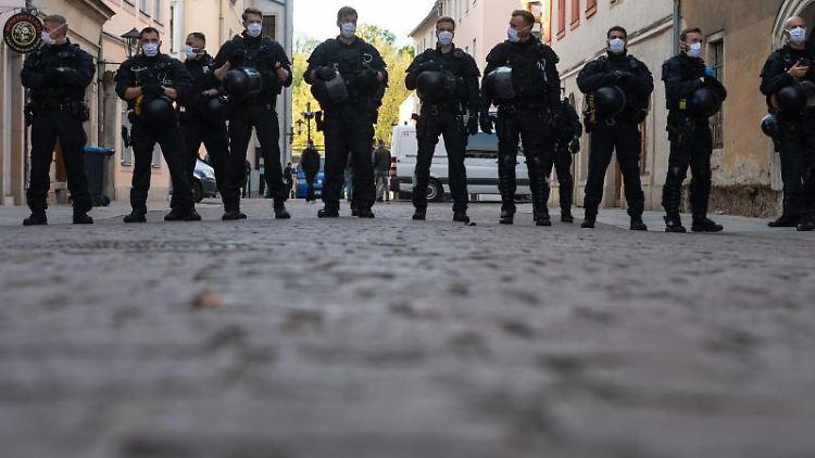 Polizisten stehen am Rand einer Demonstration von Gegnern der Corona-Maßnahmen. Foto: Robert Michael/dpa-Zentralbild/dpa/Archivbild