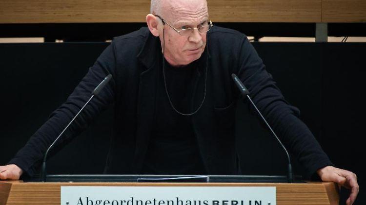 Wolfgang Albers (Die Linke) spricht im Berliner Abgeordnetenhaus. Foto: Gregor Fischer/dpa/Archivbild