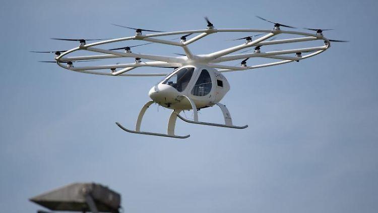 Ein sogenannter Volocopter fliegt vor blauem Himmel. Foto: Marijan Murat/dpa/Archivbild