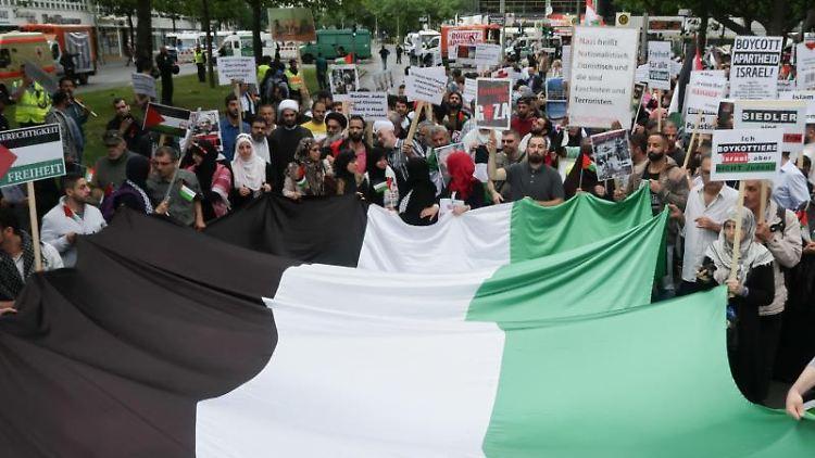 Menschen demonstrieren anlässlich des sogenannten Al-Kuds-Tags in Berlin. Foto: Jörg Carstensen/dpa/Archivbild