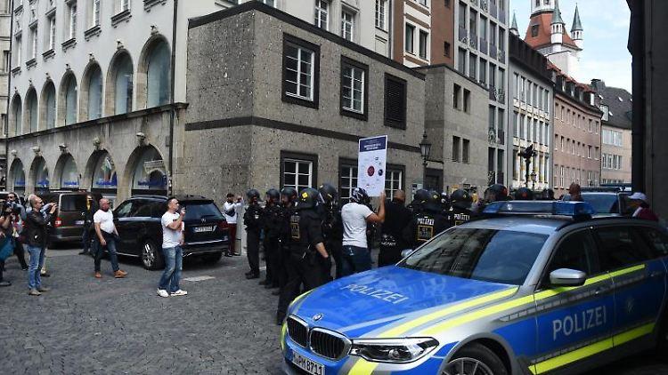 EinPolizeiwagen steht am Rande einerDemonstration auf dem Marienplatz. Foto: Felix Hörhager/dpa/Archivbild