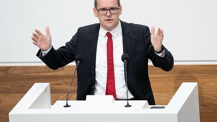 Grant Hendrik Tonne (SPD) spricht im Plenarsaal im Landtag Niedersachsen. Foto: Peter Steffen/dpa/Archivbild