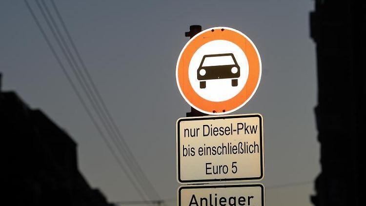 Ein Fahrverbotsschild für Autos mit der Ergänzung