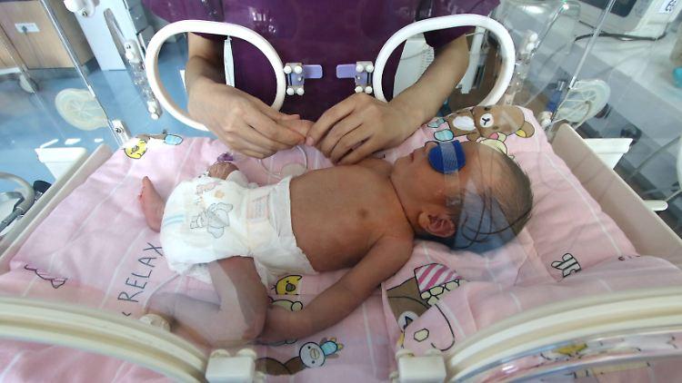 Mehr als hundert Leihmutter-Babys warten in der Ukraine auf ihre Eltern.