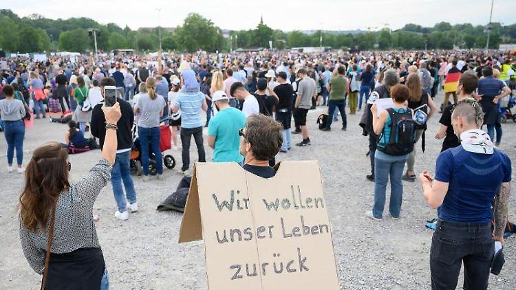 Ein Mann steht während einer Protestkundgebung der Initiative