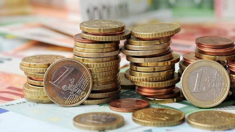 Gestapelte Geldmünzen liegen auf Geldscheinen. Foto: picture alliance / Tobias Hase/dpa/Symbolbild