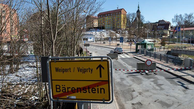 Flatterband der Polizei und Betonsperren stehen in Bärenstein im Erzgebirge auf der Grenze zu Tschechien.