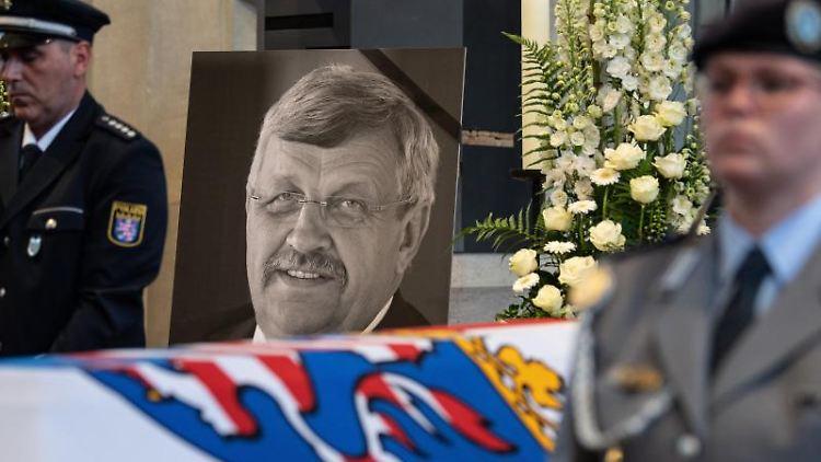 Das Konterfei von Walter Lübcke (CDU) ist am Sarg bei einem Trauergottesdienst zu sehen. Foto: Swen Pförtner/dpa/Archivbild