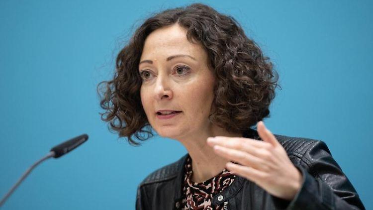 Wirtschaftssenatorin Ramona Pop (Bündnis 90/Die Grünen) spricht bei einer Pressekonferenz. Foto: Christophe Gateau/dpa/Archivbild