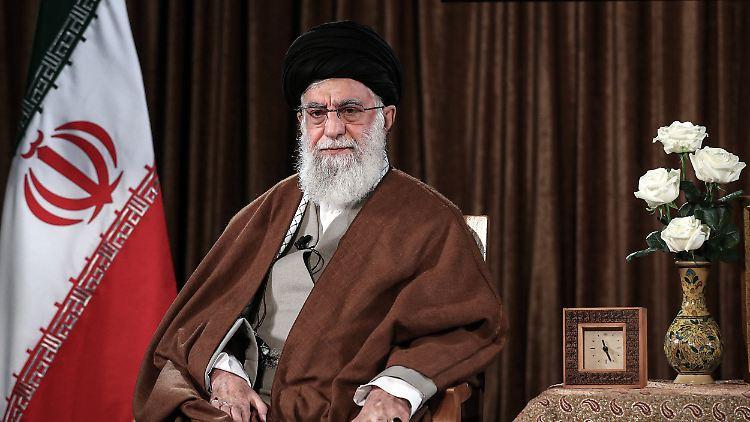Ajatollah Ali Chamenei, Oberster Führer und geistliches Oberhaupt des Iran, hält eine im Fernsehen übertragene Rede.