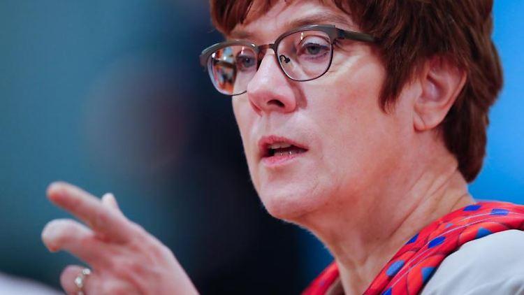 Annegret Kramp-Karrenbauer (CDU)spricht. Foto: Hannibal Hanschke/Reuters/POOL/dpa/Archivbild