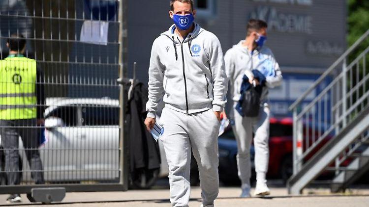 Anton Fink vom KSC trägt eine Gesichtsmaske. Foto: Matthias Hangst/Getty Images Europe/Pool/dpa/Archivbild