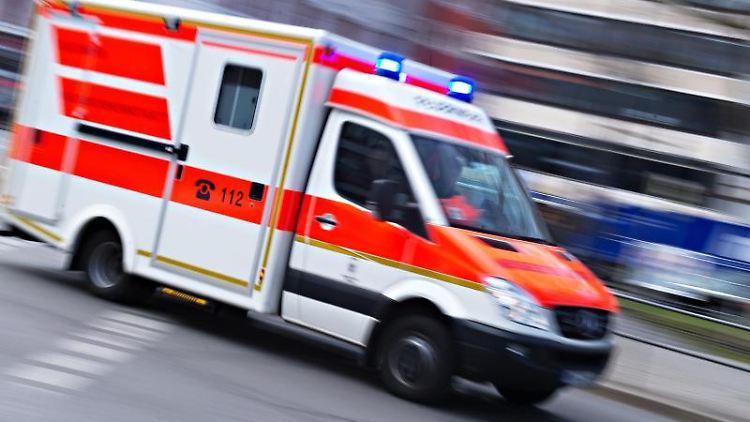 Ein Rettungswagen mit der Aufschrift 112 fährt mit Blaulicht durch die Stadt. Foto: Nicolas Armer/dpa/Symbolbild