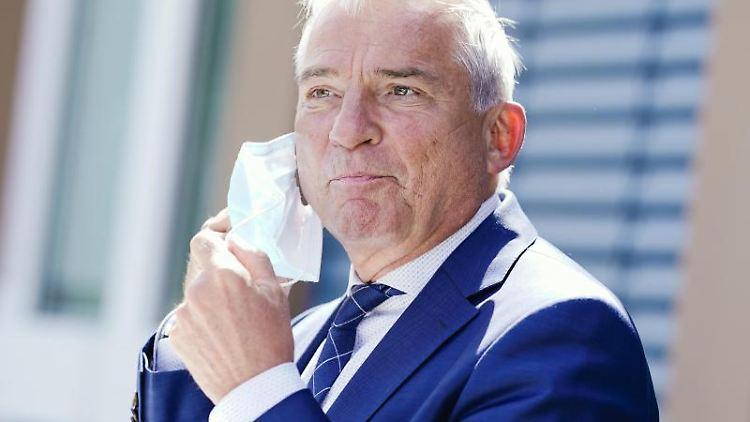 InnenministerThomas Strobl(CDU) steht am Rande eines Pressetermins. Foto: Uwe Anspach/dpa/Archivbild