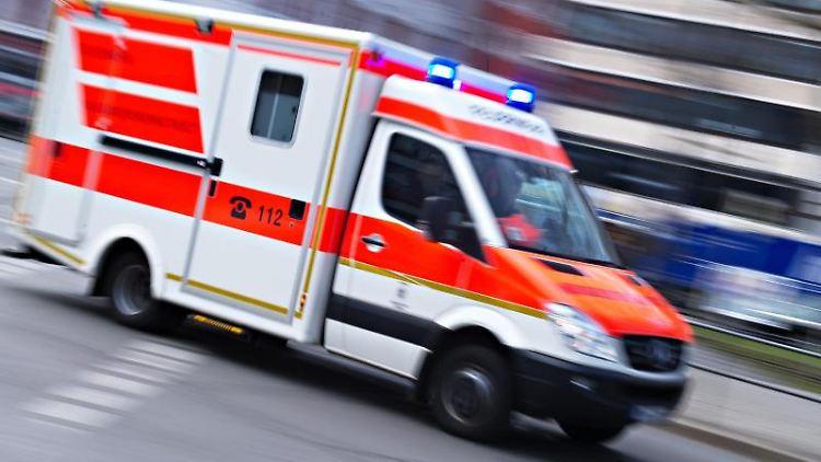 Ein Rettungswagen mit Blaulicht. Foto: Nicolas Armer/dpa/Symbolbild