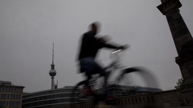 Ein Berliner Fahrradfahrer am Morgen. Foto: Christoph Soeder/dpa/Symbolbild