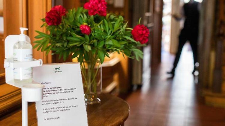 Eine Notiz neben einem Seifen-Spender weist Gäste im Restaurant eines Hotel auf Sicherheitsmaßnahmen hin. Foto: Philipp von Ditfurth/dpa/Archivbild