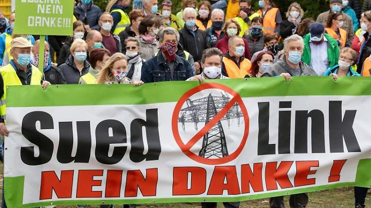 Gegner der geplanten Suedlink-Stromtrasse demonstrieren am ehemaligen Grenzübergang. Foto: Michael Reichel/dpa-Zentralbild/dpa