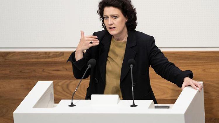Carola Reimann spricht im Landtag von Niedersachsen. Foto: Peter Steffen/dpa