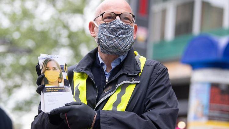 Winfried Hermann (Bündnis 90/Die Grünen, l), Verkehrsminister von Baden-Württemberg. Foto: Sebastian Gollnow/dpa