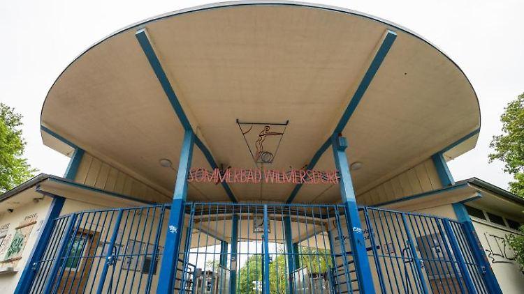 Der geschlossene Eingang des Sommerbades Wilmersdorf. Foto: Christophe Gateau/dpa/Archivbild