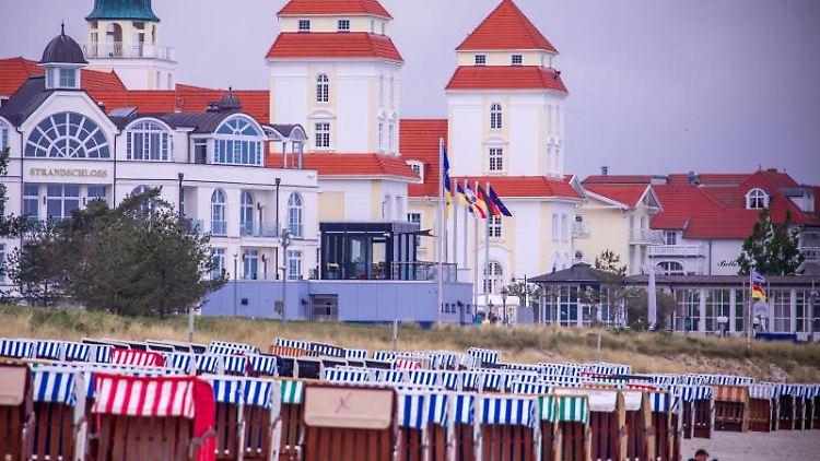 Strandkörbe am Strand an der Ostsee vor dem Hotel Kurhaus Binz auf der Insel Rügen. Foto: Jens Büttner/dpa-Zentralbild/dpa