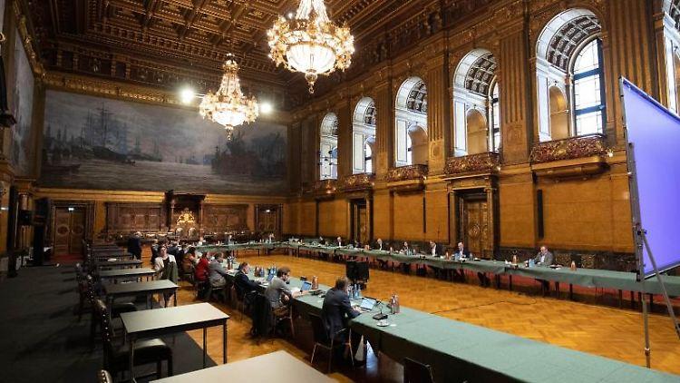 Teilnehmer der Koalitionsverhandlungen von SPD (r) und Bündnis 90/Die Grünen im Hamburger Rathaus. Foto: Christian Charisius/dpa/Archivbild